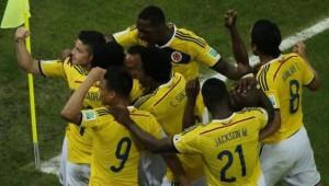 Un sensacional doblete de James Rodríguez permitió a Colombia seguir con su inmaculada trayectoria en el Mundial de Brasil.