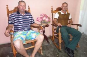 Padre e hijo son donantes de sangre destacados del CDR No. 1 en la Zona 138 de la barriada espirituana de Colón.