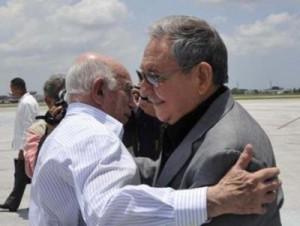 El General de Ejército Raúl Castro Ruz saluda a José Ramón Machado Ventura, Segundo Secretario del Comité Central del Partido.