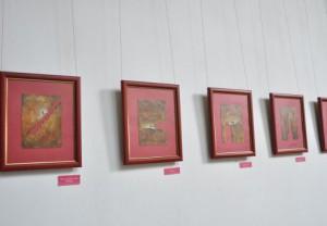 La selección de 15 piezas elaboradas sobre papel manufacturado se exhibe en el hotel Plaza.