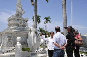 En el Cementerio Santa Ifigenia rindió homenaje a Carlos Manuel de Céspedes, el Padre de la Patria, y a Compay Segundo, emblemático trovador santiaguero.