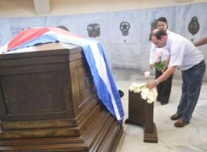 Fernando colocó cinco rosas en nombre de los Cinco Cubanos en el nicho de José Martí.