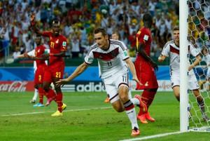 Miroslav Klose anota gol y hace record de su marca personal de goles en Mundial, igualándola a la de Ronaldo.