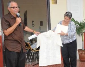 La camisa de color beis, de mangas cortas y bordados en malva, fue entregada este 5 de junio a la institución espirituana.