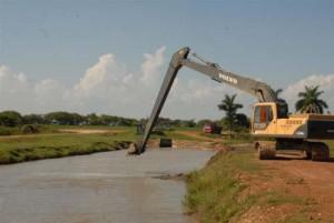 La limpieza de canales figura entre las prioridades de la rehabilitación hidráulica en la región. Foto: Vicente Brito