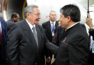 A su llegada a Bolivia Raúl fue recibido por el canciller boliviano David Choquehuanca.