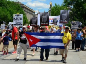 Manifestación a favor de la libertad de los Cinco frente a la Casa Blanca. Foto: Hackwell, Bill.