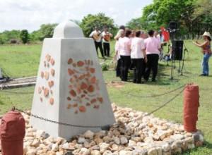 El obelisco representa el contacto y la transculturación indo-hispánica en la villa del Espíritu Santo.