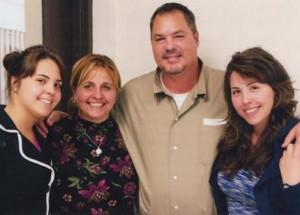 Ramón junto a su esposa Elizabeth y sus hijas Laura y Lizbeth.
