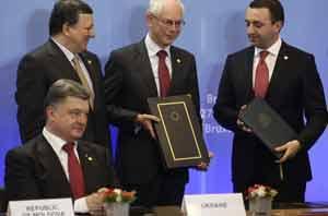 Poroshenko convocó a una reunión con los responsables de las estructuras de fuerza para decidir los pasos ulteriores en relación con la operación militar en el sureste del país.