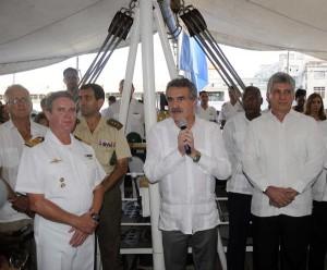 El ministro argentino de Defensa, Agustín Rossi, pronuncia unas palabras en ocasión de la visita de Diaz-Canel a la Fragata Libertad.   Foto: AIN.
