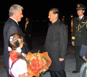 El presidente chino, Xi Jinping, fue recibido por el primer vicepresidente cubano, Miguel Díaz-Canel. Foto: Ricardo López Hevia