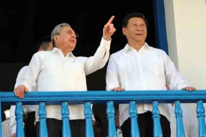 Raúl y Xi Jinping en el balcón de la Asamblea Municipal del Poder Popular. Foto Sierra Maestra.