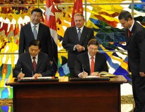 Raul y Xi Jinping asistieron a la firma de los nuevos acuerdos para la cooperación bilateral. Foto Prensa Latina.