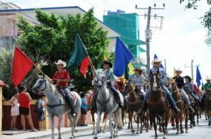 Con un desfile a caballo por la ciudad comienza la fiesta ganadera de julio.