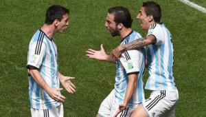 Higuaín celebra su gol con Messi y Di Maria.