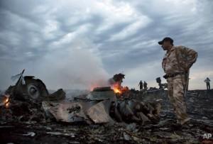 Sitio donde se estrelló el avión de pasajeros, cerca de Hrabove, Ucrania. Foto AP.