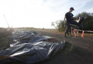 Los equipos de rescate han encontrado ya 251 cadáveres de las 298 personas que viajaban en el avión.
