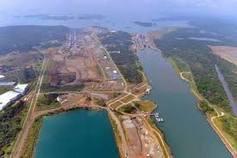Este canal permitirá el paso de cinco mil 100 barcos anuales, entre ellos los de grandes dimensiones que no pueden cruzar por la vía panameña.