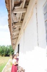 El techo de la escuela primaria necesita mantenimiento general.