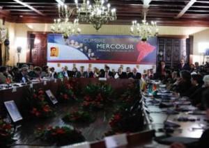 Mercosur está integrado por Brasil, Uruguay, Paraguay, Argentina y Venezuela, tiene como países asociados a Bolivia, Chile, Colombia, Ecuador y Perú.