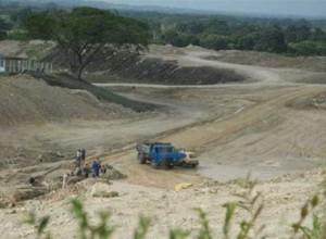 Los constructores ejecutan diversas obras en la presa Lebrije.