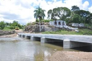 Todavía no hay paso por el puente, lo que obstaculiza las actividades del verano en esa zona de baño.