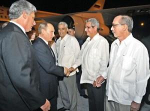 Putin fue recibido por el primer vicepresidente de Cuba, Miguel Diaz-Canel.