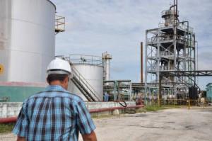 En la refinería de Cabaiguán se desarrolla una inversión en eras de mejorar su eficiencia.
