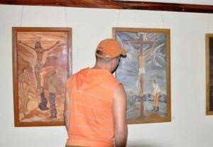 La muestra recoge 14 piezas con imágenes cristológicas, escenas bíblicas, paisajes campestres y recreaciones costumbristas.