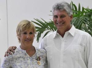 Miguel Díaz-Canel  felicita a Diana Nyad, después de recibir la Orden al Mérito Deportivo. Foto AIN.