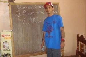 La satisfacción de ayudar en un programa que ha sacado del analfabetismo a unos cinco millones de personas sirve de aliento para Luis Eyén.