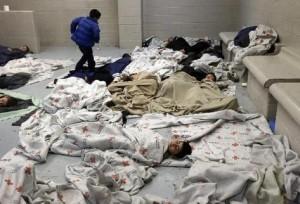 Durmiendo en el suelo, hacinados en habitaciones cerradas, miles de niños migrantes esperan en EE.UU. una definición a su futuro.