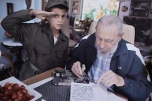 Marlon en una de las fotos tomadas con el líder cubano Fidel Castro. (foto: Enrique De La Osa/ Reuters)