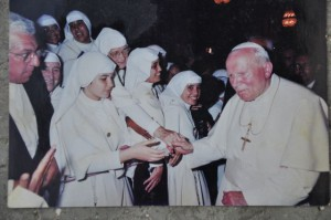 La hija, Indira González Shoda, monja de las Siervas de María (primera por la izquierda), recibe el saludo del Papa Juan Pablo Segundo durante su visita a Cuba en enero de 1998.