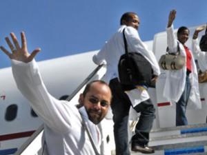 Este grupo se sumará a otros cientos de galenos de la isla que ya laboran en esta nación suramericana.