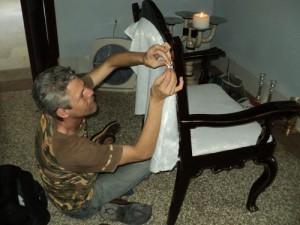 El mobiliario de toda la curia fue restaurado por Niorlis Vilvey, a propósito de las misas que celebraría en Cuba Benedicto XVI.