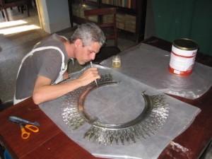 Los accesorios de la Virgen Mambisa que recorriera la Isla también pasó por las manos del restaurador espirituano.