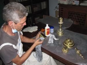 El equipo encabezado por Vilvey Hernández asumió la conservación de vasos sagrados, el moblaje, los reclinatorios y cada detalle que se emplearían en la visita del entonces Papa.