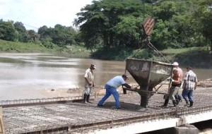 Ejecutores e inversionistas dan fe de la garantía de los trabajos efectuados durante la construcción del viaducto.