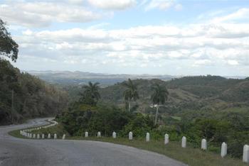 Decenas de kilómetros de carreteras y caminos han sido recuperados en los últimos tiempos en el lomerío espirituano. (Foto: Vicente Brito).