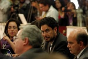 El senador Iván Cepeda presentó vídeos, fotos y documentos que vinculan al exmandatario con paramilitares y narcotraficantes.