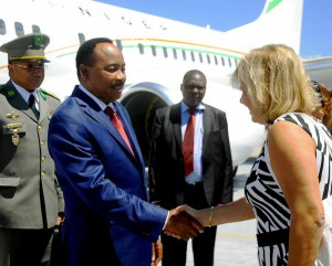 El Sr. Issoufou Mahamadou (I), Presidente de la República de Níger, es recibido por Ana Teresita González Fraga (D), viceministra cubana de Relaciones Exteriores.  FOTO/Oriol de la Cruz