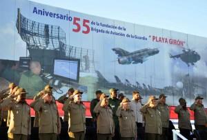 """Presiencia del Acto Político y Ceremonia Militar, en ocasión del Aniversario 55 de la fundación de la Brigada de Aviación de la Guardia """"Playa Girón. Foto AIN."""