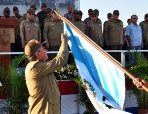 """Raúl impone la Orden """"Antonio Maceo"""" a la Brigada de Aviación de la Guardia """"Playa Girón. Foto AIN."""