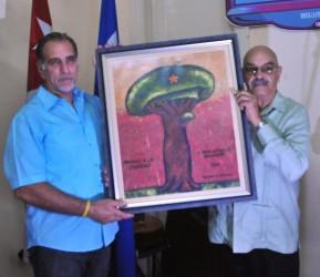 René recibió el Premio de la Dignidad a nombre de Los Cinco de manos de Antonio Moltó.