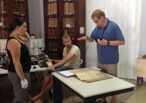 El grupo trabajó en la digitalización de documentos y el estudio de las condiciones climáticas del lugar.