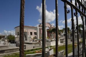 Muchas veces a la hora del cortejo fúnebre no existe sitio para el enterramiento porque el cementerio no cuenta con capacidades disponibles.
