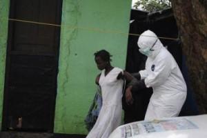 Un trabajador de la salud lleva a una mujer sospechosa de haber contraído ébola hasta una ambulancia en Monrovia, 15 septiembre, 2014