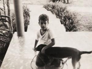 Gerardo a los seis años con su perrito Boby.